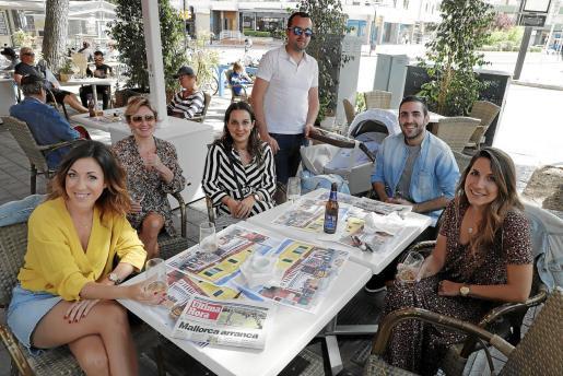 Andrea, Toñi, Susana, José, José Carlos y Cristina en la terraza del bar-restaurante El Puente tras comer en familia.