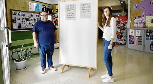 Xavier Caparrós, director, y Fany Salom, conserje del IES Politècnic.