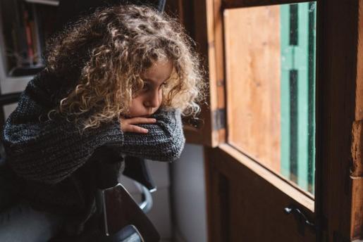 La hija de Grimalt, Valentina, mira a través de la ventana.