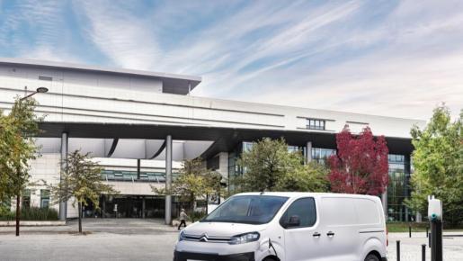 La ofensiva del Grupo PSA en el segmento de los vehículos comerciales eléctricos sigue adelante con el e-Jumpy de Citroën, un modelo con características casi idénticas al e-Vivaro de Opel y a la e-Expert de Peugeot, puesto que comparten desarrollo y plataforma.