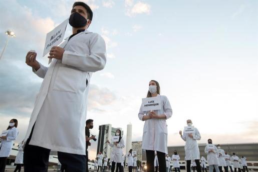 Sanitarios homenajean a los compañeros fallecidos con COVID-19 en Brasil.