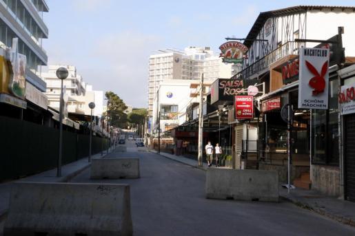 Una calle con bares cerrados de la Playa de Palma.