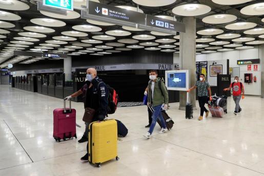 GRAF3700. MADRID, 11/05/2020.- Llegada al aeropuerto de Barajas, en Madrid, de algunos de los doscientos marineros españoles que quedaron bloqueados en el Índico cuando la pandemia de la COVID-19 estalló mientras faenaban en atuneros congeladores y las medidas para impedir la expansión del virus dejaron en el aire su relevo. EFE/Fernando Alvarado LLEGAN A MADRID LOS PESCADORES ESPAÑOLES BLOQUEADOS EN EL ÍNDICO