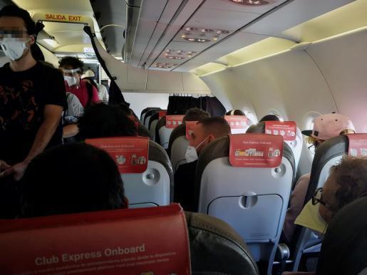 Vista del interior de la cabina del avión del vuelo de Iberia Express del domingo pasado entre Madrid y Gran Canaria, cuyos pasajeros se quejaron de que iba prácticamente lleno, sin dejar asientos vacíos entre los viajeros.