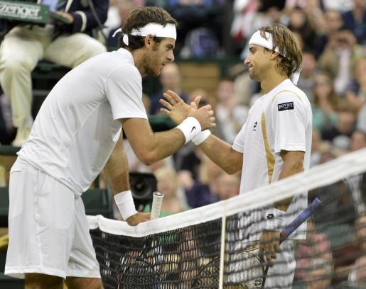 David Ferrer da la mano a Juan Martín del Potro, tras ganarle en el partido disputado hoy en el All England Tennis Club.