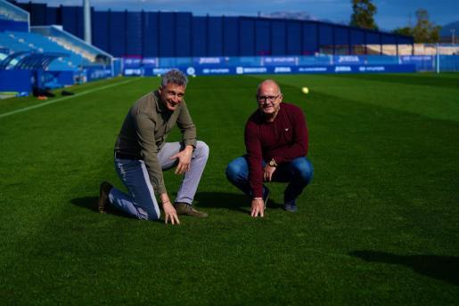El gerente del Atlético Baleares, Guillermo Pisano, junto al nuevo responsable del césped, Benito Mateo