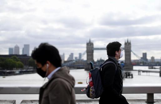 Dos ciudadanos, paseando con mascarilla por Londres.