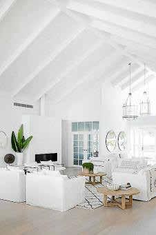 Los elementos arquitectónicos de la estancia aportan el movimiento y el interés visual que podría faltar con tanto blanco.