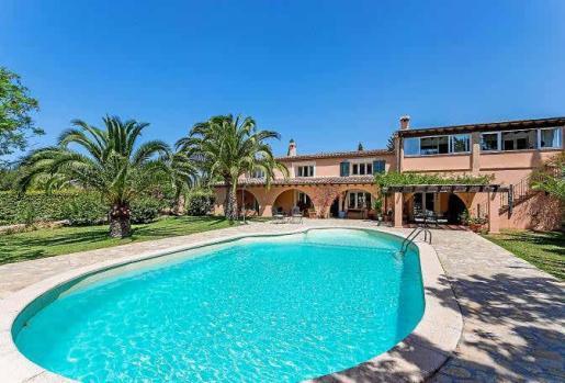 La preciosa arcada de la planta baja ofrece una zona de disfrute en el exterior con vistas a la piscina y al cuidado jardín.