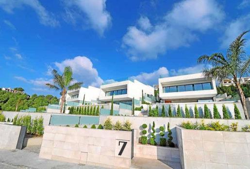 Cuidadísimo diseño de las villas, tanto en el interior como en los exteriores, que se suceden en terrazas hasta la calle.