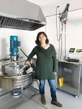 Marta Terrassa, en el obrador colectivo que Apaema ha montado en Binissalem para diversificar su oferta.