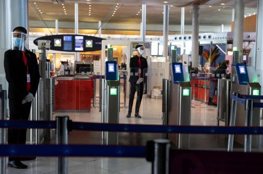 Personal con medidas de protección en el aeropuerto Charles de Gaulle.
