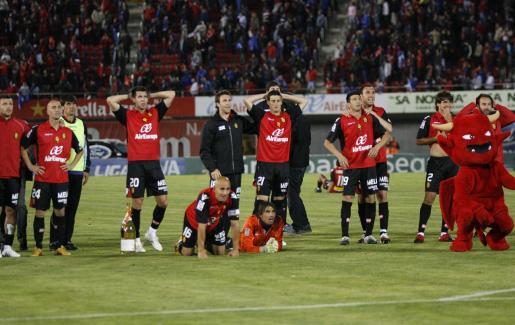 Los jugadores del Mallorca, sobre el césped de Son Moix siguiendo los últimos minutos del partido que jugaban Almería y Sevilla.