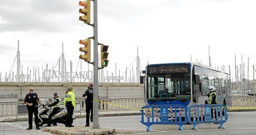 Los autobuses articulados de la EMT servirán de barrera para evitar el acceso de coches al Marítim mientras esta vía tenga los cortes de tráfico que permiten el paseo y las actividades deportivas sin que se produzcan aglomeraciones y se pueda mantener las distancias.
