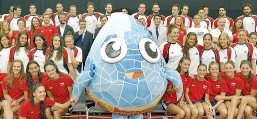 Imagen de los equipos españoles de natación, natación sincronizada, waterpolo y aguas abiertas que participarán en los Juegos de Londres, con la mascota de los mundiales de natación Barcelona 2013.