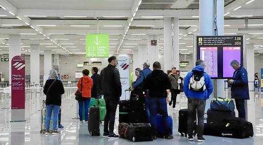 La crisis generada por la COVID-19 ha provocado el cierre de fronteras y paralizado la actividad de las aerolíneas en los aeropuertos.