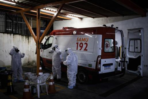 Trabajadores del Servicio de Atención Médica de Urgencia de Brasil (SAMU) se preparan para recorrer la ciudad para atender y evaluar casos de pacientes con COVID-19.