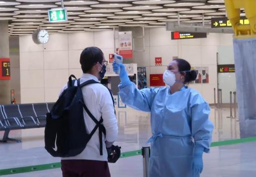 Captura de la señal de Moncloa de un control de toma de temperaturas a los pasajeros de un vuelo internacional a su llegada al aeropuerto de Madrid Barajas.