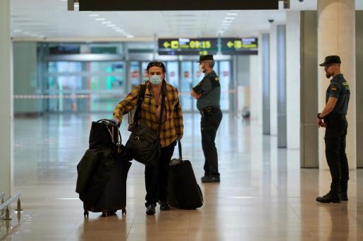 Un pasajero procedente con mascarilla.