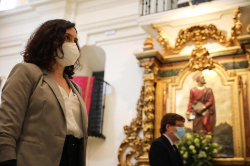 l alcalde de Madrid, José Luis Martínez-Almeida, y la presidenta regional, Isabel Díaz Ayuso, en el interior de la ermita del San Isidro, este viernes en el que se celebra el patrón de la capital, bajo las restricciones impuestas debido a la pandemia del coronavirus.