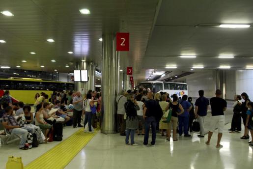 Imagen de los usuarios esperando a poder viajar en autobús tras la avería que afectó a trenes y metro.