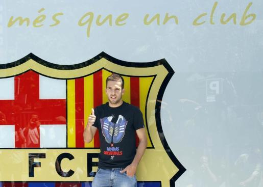 El defensa Jordi Alba, que mañana será presentado como nuevo jugador del Barcelona para las próximas cinco temporadas, posa hoy, 4 de julio de 2012, ante las oficinas del conjunto azulgrana, con el que llevará el dorsal 18, el mismo que ha lucido con España en la Eurocopa.