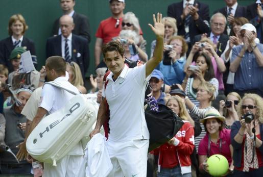 Roger Federer se despide del público tras ganar a Mikhail Youzhny.