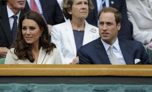 El príncipe Guillermo y su esposa Catalina, duques de Cambridge, en la pista central del All England Club de Londres, Reino Unido, en los cuartos de final de Wimbledon entre el suizo Roger Federer y el ruso Mijail Youzhny.