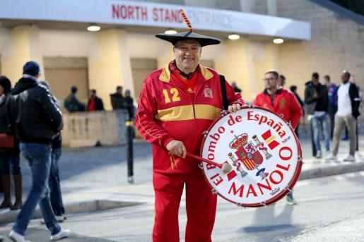 Manolo 'el del bombo', seguidor de la selección española de fútbol, posa para los fotógrafos antes de un encuentro clasificatorio para la Eurocopa.