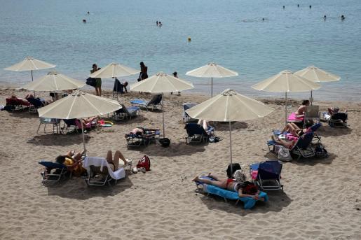 Distancia entre sombrillas, una de las medidas para la vuelta a la playa que se ha permitido este sábado en Grecia. En la imagen, una zona costera cercana a Atenas.