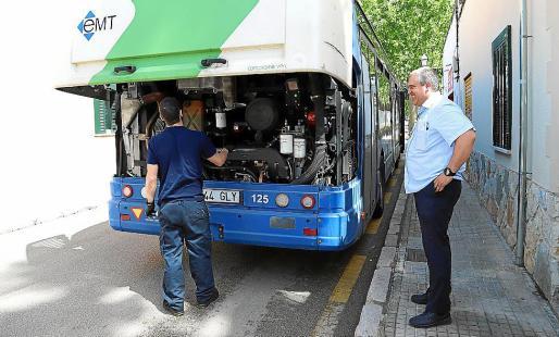 Avería. El bus se averió, pero el mecánico pudo arreglarlo en poco tiempo.