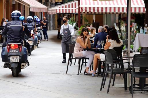 GRAF6338. MURCIA, 16/05/2020.- La Policía vigila las terrazas de la murciana Plaza de las Flores para asegurar que se cumplen las normas hoy sábado durante el primer fin de semana de Fase 1 dentro del estado de alarma. EFE/Juan Carlos Caval Fase 1 en Murcia