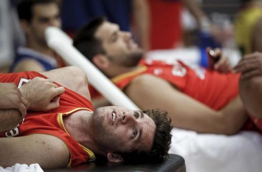 Los jugadores de la selección española de baloncesto Rudy Fernández y Felipe Reyes (al fondo) durante el entrenamiento realizado hoy, 4 de julio de 2012, en Madrid, donde preparan su participación en los Juegos de Londres.
