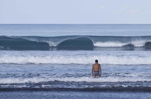 Una persona se baña en una playa.
