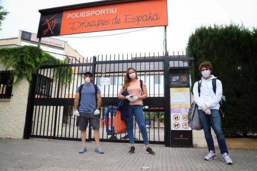 Levan Metreveli, Melani Costa y Joanllu Pons, ataviados con mascarilla y guantes para acceder a Príncipes de España.