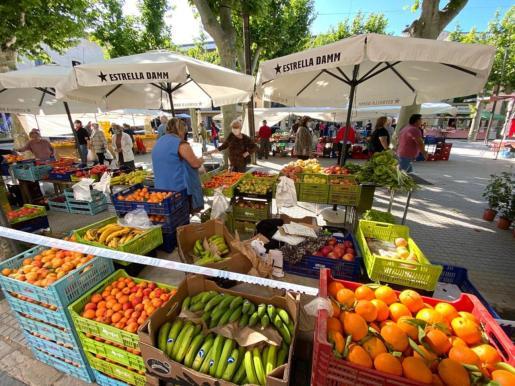 Junto a Manacor, Inca y Llucmajor, sa Pobla es uno de los municipios de la Part Forana cuya área urbana supera los 10.000 habitantes. A pesar de continuar con las franjas horarias, los 'poblers' disfrutaron este domingo del mercado de frutas y verduras en la plaza Major.