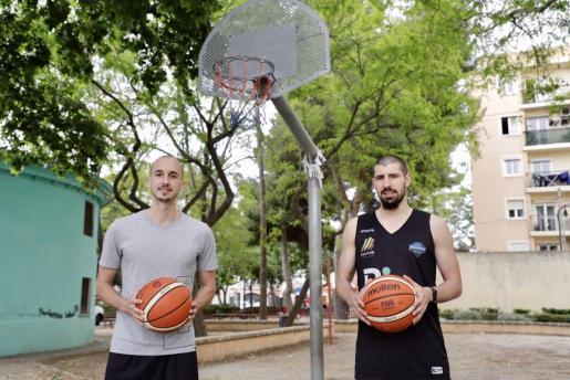 Los bases del BTTB, Álex Hernández y Erik Quintela, posan en la pista exterior de baloncesto de Molinar.