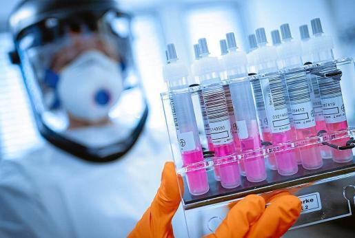 Los científicos de la Universidad de Oxford iniciaron las pruebas en humanos de su vacuna el pasado abril.