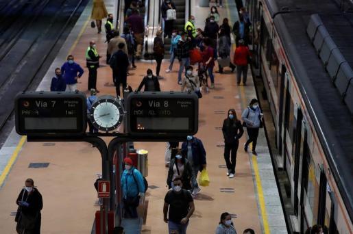 Tránsito de viajeros en uno de los andenes de la estación de Cercanías de Madrid-Atocha a primera hora de este lunes en el que la Comunidad de Madrid, el área metropolitana de Barcelona y amplias zonas de Castilla y León activan las medidas de alivio del confinamiento de la conocida como fase '0,5'.