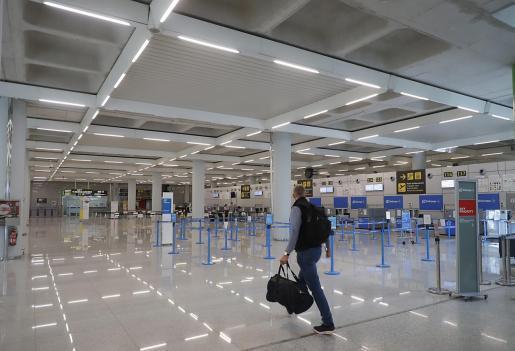 Un pasajero, en el aeropuerto de Palma.