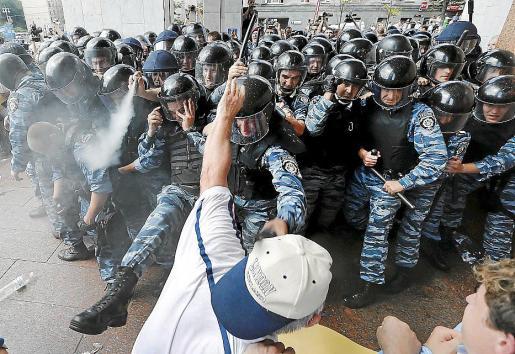 Grupos que rechazan la ley de idiomas se enfrentan con la policía cerca del Parlamento ucraniano.