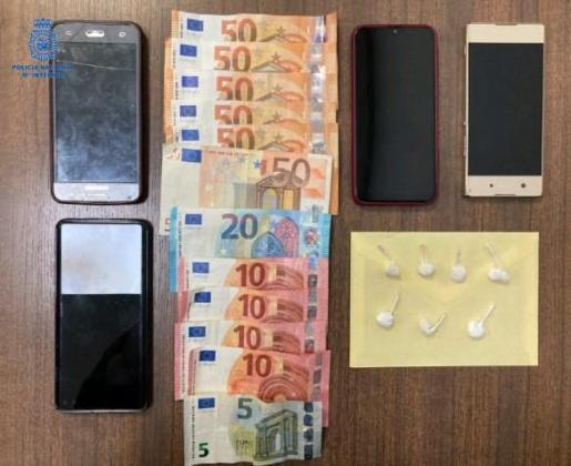 Supuestamente iban a la farmacia, interviniéndoles en una bolsa hasta siete papelinas de al parecer cocaína.