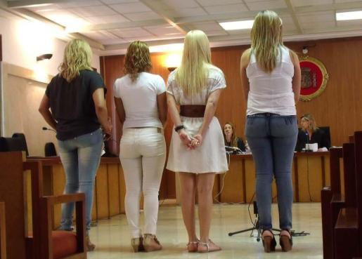 Las cuatro mujeres acusadas, ayer durante el juicio en la Audiencia Provincial.