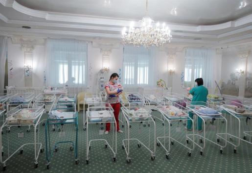 Los bebés nacidos por gestación subrogada en un hotel de Kiev.
