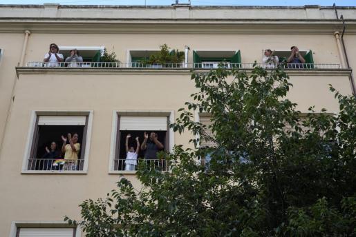Los aplausos desde los balcones continúan.