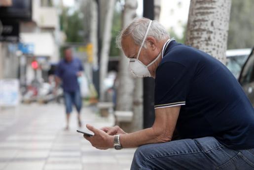 Un hombre con mascarilla en Ibiza.