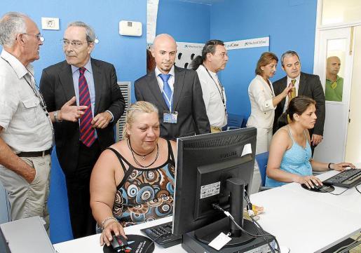 Eva María y Romina manejan el ordenador durante la presentación de la iniciativa.