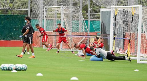 Los jugadores del Real Mallorca, después de dos meses, volvieron a ejercitarse este lunes en grupos de hasta diez componentes.