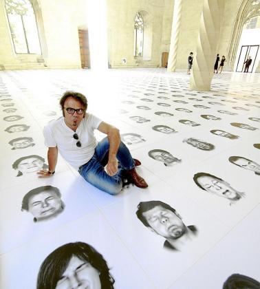 Bernardí Roig posa en sa Llonja rodeado de las imágenes de la instalación.