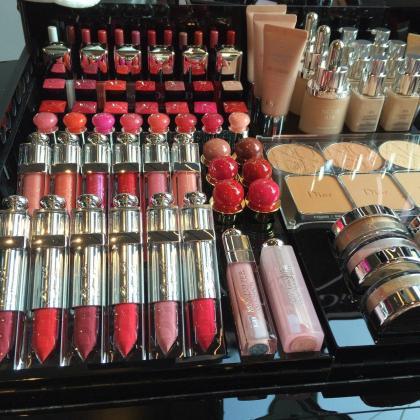 Imagen de un estand de productos de maquillaje.